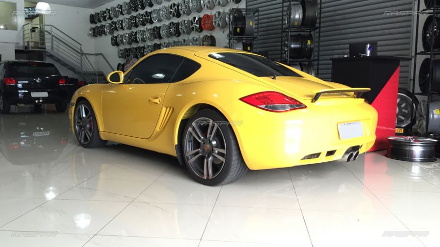 porsche cayman s 2012 com rodas turbo aro 19 e pneus michelin 235 35 19 e 265 35 19. Black Bedroom Furniture Sets. Home Design Ideas