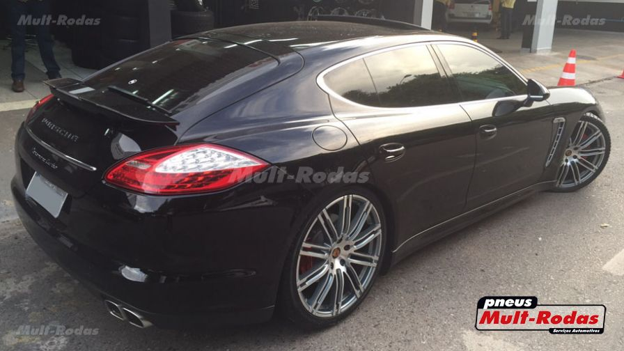 porsche panamera 2013 com rodas porsche macan aro 22 e pneus kumho 265 35 22 e 295 30 22. Black Bedroom Furniture Sets. Home Design Ideas